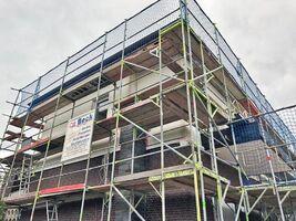 Gerüstbau für die Ausführung von Dachdecker-, Bauklempner- und Fassadenarbeiten.