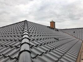 Dacheindeckung eines Wohnhauses, Gratausbildung mit Strangfirstziegeln. (F12Ü Süd, Farbton: altschwarz engobiert)